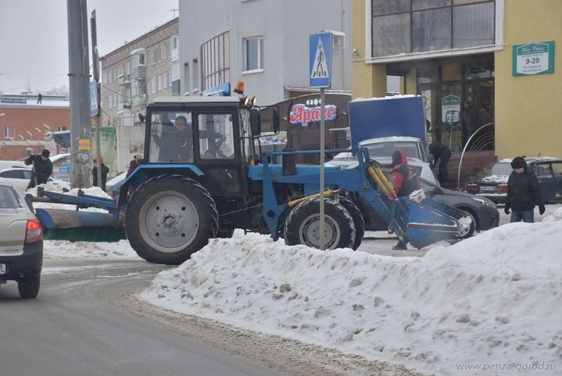 ВПензе некоторыеТЦ сгружают снег кпроезжей части